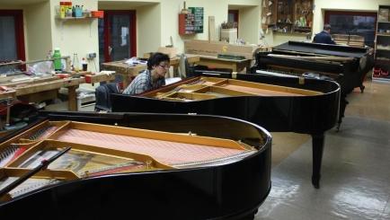 Klavierreparatur in einer großen Werkstatt von Friedrich Howanietz